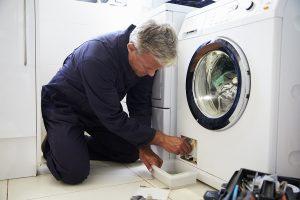 Barry repareert een wasmachine in rotterdam