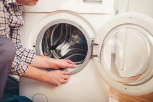 wasmachine reparateur aan het werk